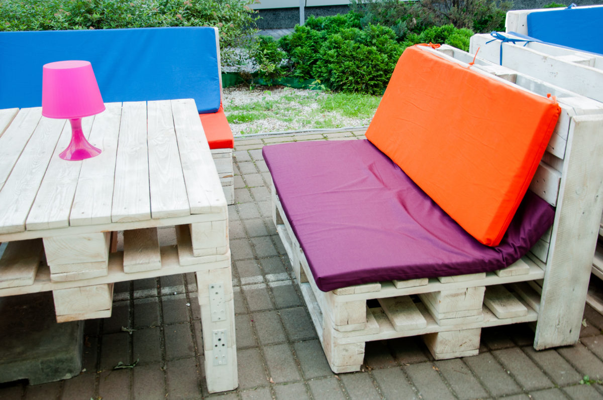 Divani e mobili da giardino con i pallet: idee riciclo creativo